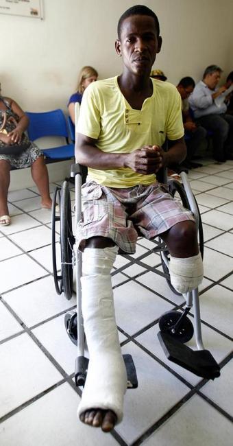 Raimundo chegou à delegacia numa cadeira de rodas - Foto: Fernando Amorim | Ag. A TARDE