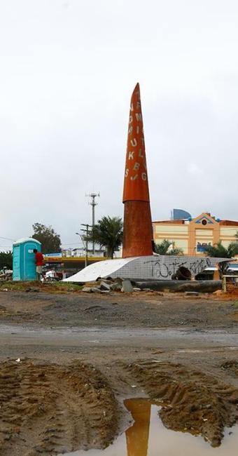Degradado, monumento serviu até de suporte para banheiro químico - Foto: Fernando Vivas | Ag. A TARDE | 25.6.2010