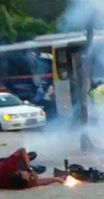 Momento em que o cinegrafista da Band foi atingido por morteiro - Foto: Reprodução | Vídeo