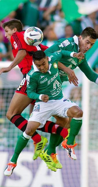 Lucas Mugni, do Flamengo, na disputa bola com Edwin Hernandez (C) e Juan Gonzalez - Foto: Agência Reuters