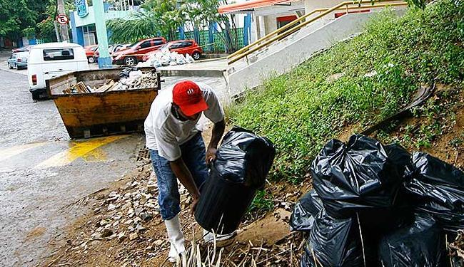 Homem é flagrado jogando lixo fora do contêiner no bairro do Itaigara - Foto: Margarida Neide | Ag. A TARDE
