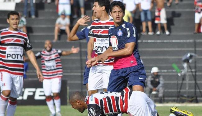 Fahel foi expulso aos sete minutos de jogo e deixou o Bahia com um jogador a menos - Foto: Anderson Stevens/Folhapress