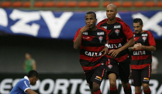 Willie (à frente) comemora o segundo gol do Vitória - Foto: Raul Spinassé | Ag. A TARDE