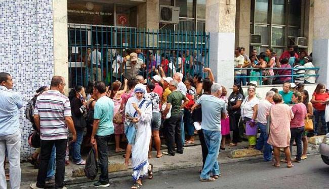 Polícia tenta controlar ânimo de contribuintes na entrada do órgão - Foto: Deraldo Góes   Cidadão Repórter