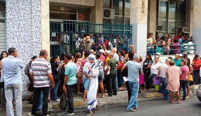 Houve tumulto e filas na sede da Sefaz, no Centro, para regularizar a situação do tributo - Foto: Deraldo Góes | Cidadão Repórter