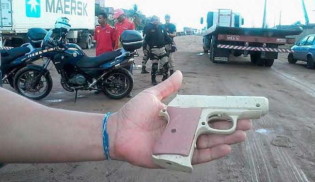 Dupla estava com arma de brinquedo - Foto: Edilson Lima | Ag. A TARDE