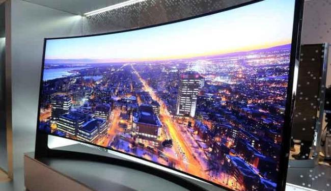TV de tela curva com 105 polegadas é a maior da categoria com resolução de 4k - Foto: Divulgação