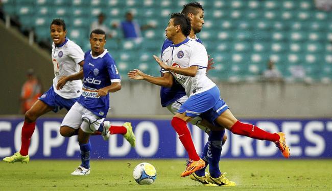 Rafinha na divisão da bola com jogador do CSA - Foto: Eduardo Martins | Ag. A TARDE
