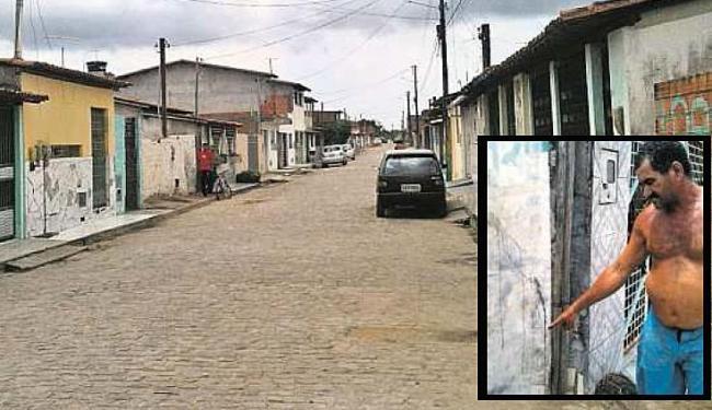 No destaque, aposentado Paulo Dias diz que era mais de meia-noite quando ouviu arranhões no portão - Foto: Alexandre Santos | Ag. A TARDE