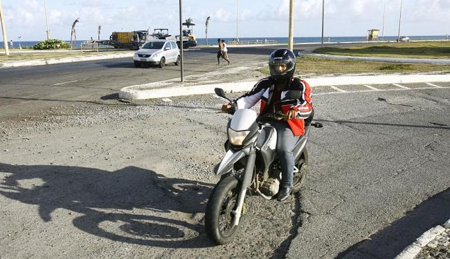 Buraco e terra em retorno à altura da praia de Armação oferecem risco de acidentes - Foto: Margarida Neide | Ag. A TARDE