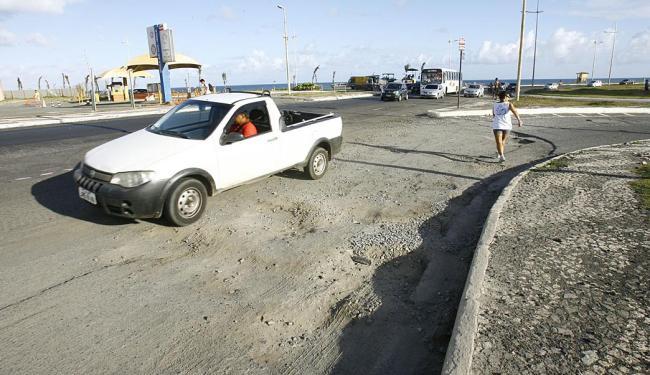 Obra de recapeamento parada na orla, em frente à praia de Armação - Foto: Margarida Neide | Ag. A TARDE