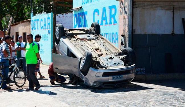 Veículo invadiu calça e bateu em outro carro antes de capotar - Foto: Reprodução | Blog do Anderson