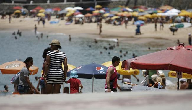 Permissionários do Porto não disponibilizaram cadeiras e sombreiros a banhistas na quinta-feira - Foto: Raul Spinassé | Ag. A TARDE