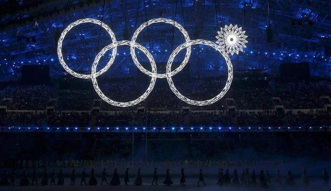 Um dos anéis olímpicos falha e não abre durante a cerimônia de abertura de Sochi - Foto: Phil Noble l Reuters