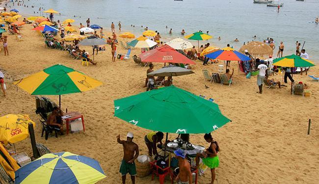 No Porto, baianas de acarajé ainda atuam na faixa de areia - Foto: Margarida Neide | Ag. A TARDE