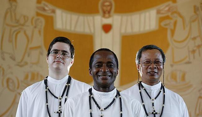 Padre Serge Traore, da Paróquia Santa Mônica, entre o religioso Pedro Ravazzano e o Pe. Ângelo Lee - Foto: Raul Spinassé   Ag. A TARDE