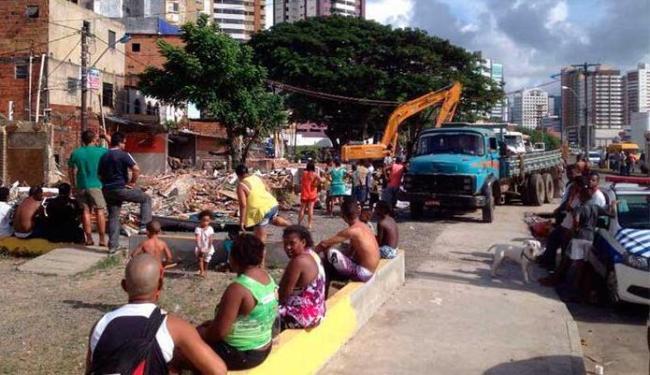 Moradores acompanham ação da Prefeitura - Foto: Henrique Drumond | Reprodução | Facebook