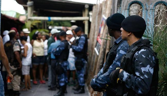 Fiscais notificam festa que ocorria neste domingo, 9, na Ribeira - Foto: Raul Spinassé   Ag. A TARDE