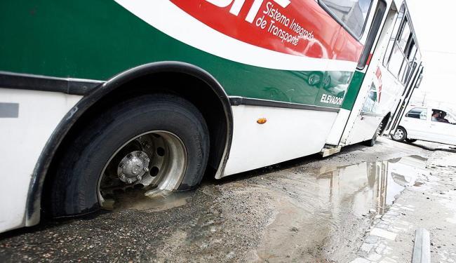 Coletivo ficou com uma das rodas presa no buraco da Embasa - Foto: Luiz Tito | Ag. A TARDE