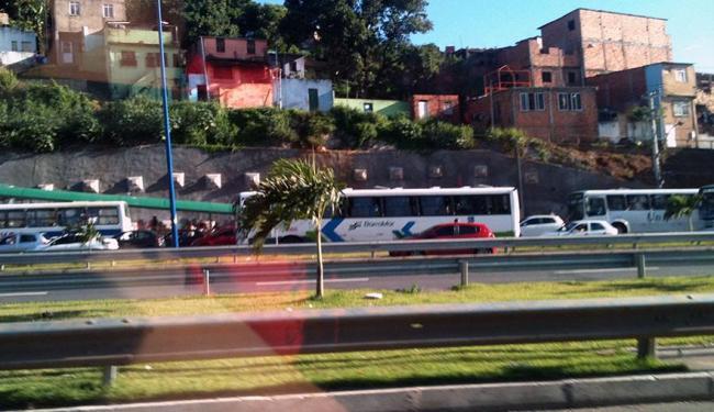 Congestionamento causado pelo protesto chega até as proximidades do Detran - Foto: Thaís Seixas | Ag. A TARDE