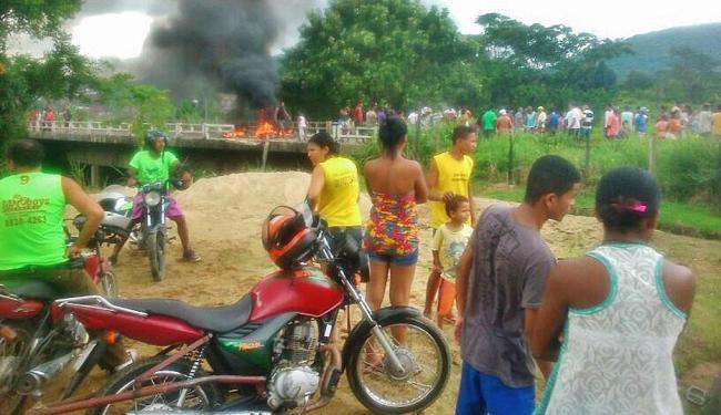 Manifestantes colocaram fogo na ponte que liga a BR a Itabuna e Buerarema - Foto: Gilvan Martins   Blog Pimenta na Moqueca