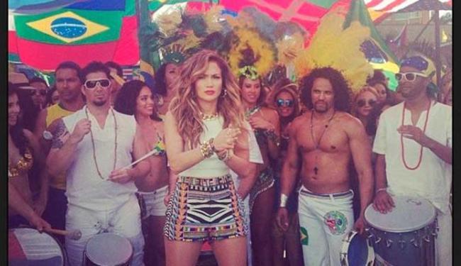 Cantora se reuniu com personagens brasileiros como o capoeirista e a passista de escola de samba - Foto: Reprodução | Instagram