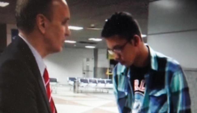 Caio embarcou ainda na madrugada para o Rio; ele foi acompanhado por seu advogado - Foto: Reprodução   TV Globo