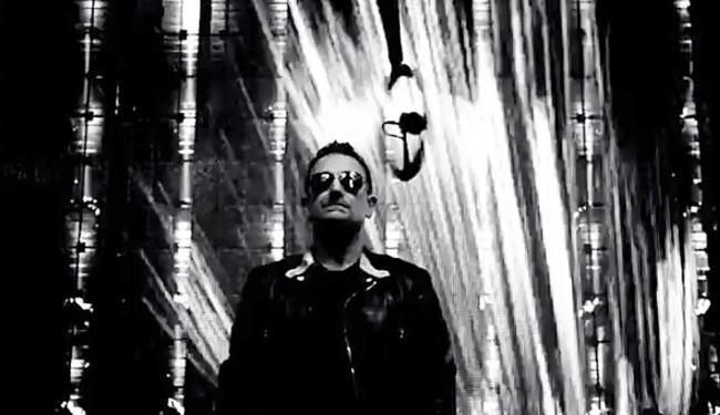 Bono Vox em cena do clipe de 'Invisible', rodado em preto e branco - Foto: Reprodução