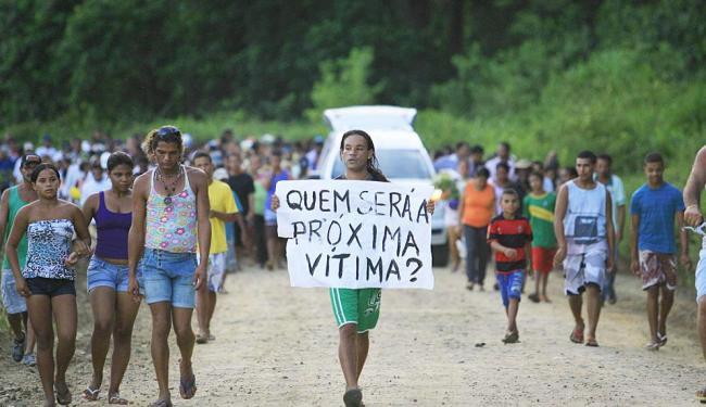 Corpo de agricultor segue em veículo, acompanhado por multidão - Foto: Joá Souza | Ag. A TARDE
