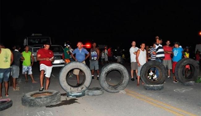 Os dois sentidos da via estão sendo bloqueados - Foto: Carlos Figueredo   Itamaraju Notícias