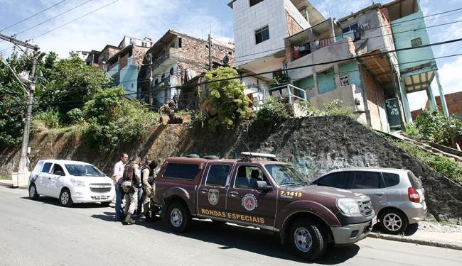 Durante operação em Cosme de Farias, policiais militares prenderam oito suspeitos - Foto: Luciano da Matta   Ag. A TARDE