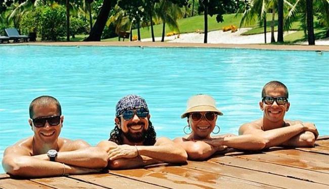 Bell posta foto ao lado da esposa Aninha e dos filhos Pipo e Rafa - Foto: Instagram | Reprodução
