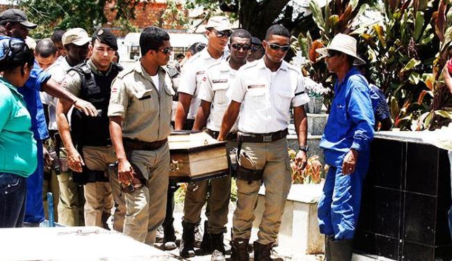 Sepultamento contou com a presença de familiares e amigos do soldado - Foto: Luiz Tito/Ag. A Tarde