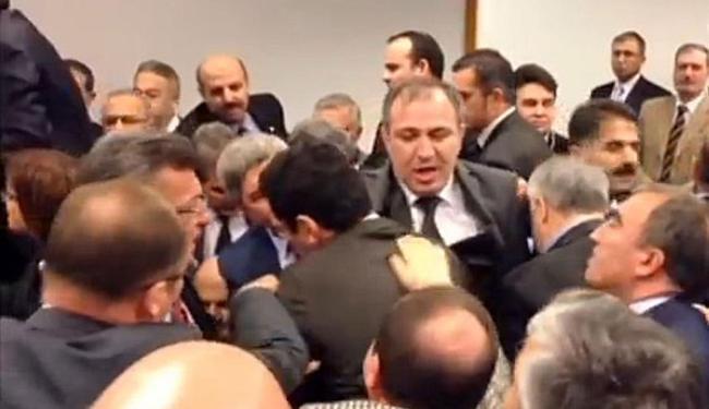 Parlamentares partiram para a briga na Turquia - Foto: Reprodução | YouTube