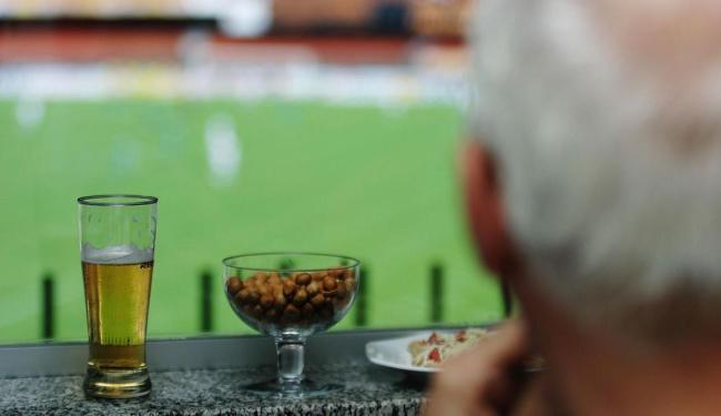 Torcedor bebe e assiste partida de futebol em estádio - Foto: Rogério Cassimiro   Folhapress