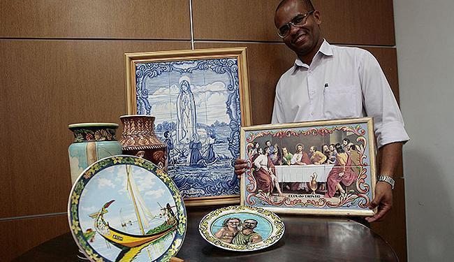 Erivaldo tem na sala do seu apartamento objetos produzidos com a técnica da faiança portuguesa - Foto: Mila Cordeiro | Ag. A TARDE