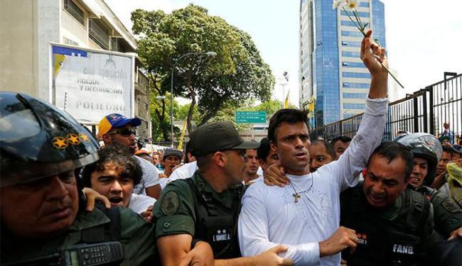 Leopoldo Lopez ao ser preso, em Caracas - Foto: Jorge Silva   Ag. A TARDE
