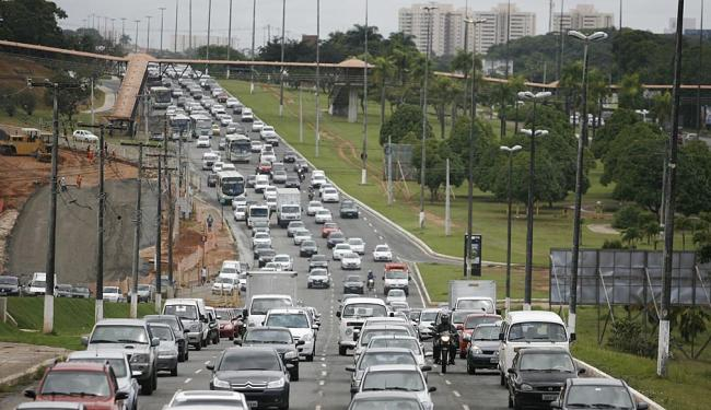 Trânsito na Avenida Paralela - Foto: Raul Spinassé | Ag. A TARDE