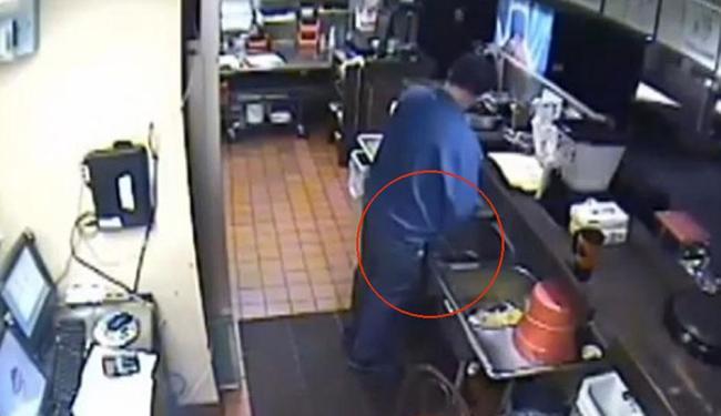 Gerente da pizzaria no momento em que urinava na pia do estabelecimento - Foto: Reprodução