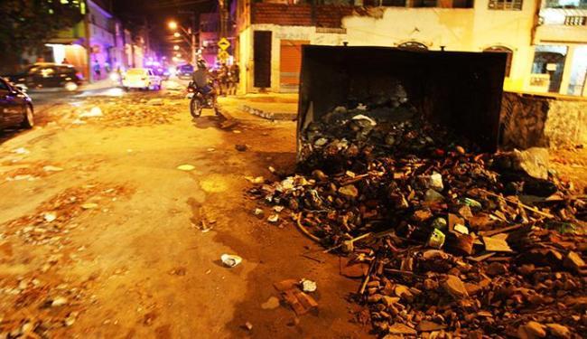 Manifestantes colocaram fogo em pneus e espalharam lixo nas ruas do Uruguai - Foto: Lúcio Távora/ Ag. A Tarde
