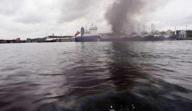 Após o incêndio ser controlado, uma mancha de óleo apareceu na baía - Foto: Lúcio Távora   Ag. A TARDE