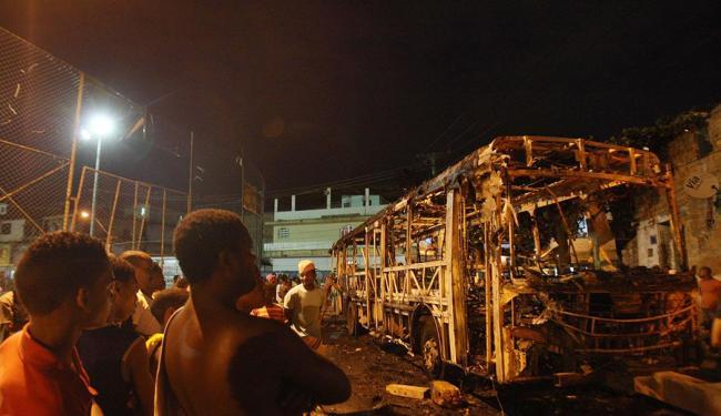Ônibus foi queimado por moradores durante protesto - Foto: Lúcio Távora   Ag. A TARDE
