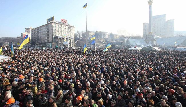 População ouve policiais que se juntaram ás manifestações anti-governo - Foto: Agência Reuters