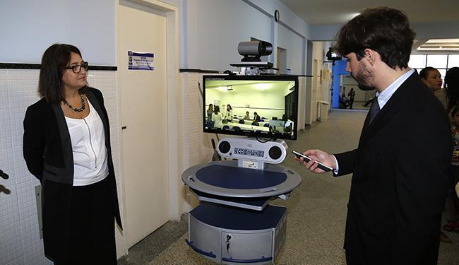 Profissionais observam a utilização do equipamento móvel de videoconferência médica - Foto: Cisco l Divulgação