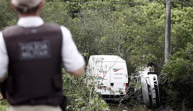 Um dos motoristas ficou preso nas ferragens - Foto: Luiz Tito   Ag. A TARDE