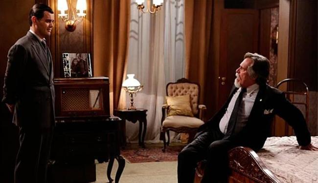 Manfred se esconde no quarto de Ernest e diz que é o pai de Pérola - Foto: TV Globo   Divulgação