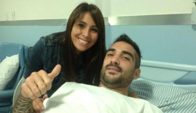 Esposa de Escudero acompanhou o processo cirúrgico do meia na Clínica Somed, em Salvador - Foto: Esporte Clube Vitória | Divulgação