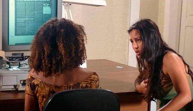 Keila deduz que Kléber é pai de Fátima ao ler matérias sobre a morte da mãe dela - Foto: TV Globo | Divulgação