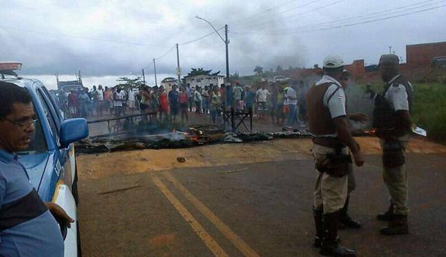 Manifestantes queimaram material inflamável e bloquearam os dois sentidos da via - Foto: Cidadão Repórter
