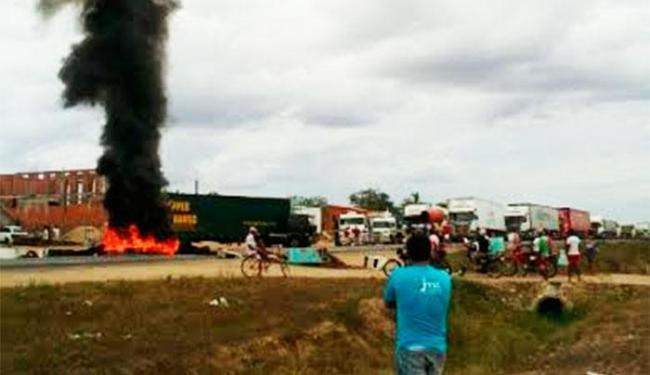 Manifestantes queimaram pneus na pista, provocando grande engarrafamento - Foto: Cidadão Repórter